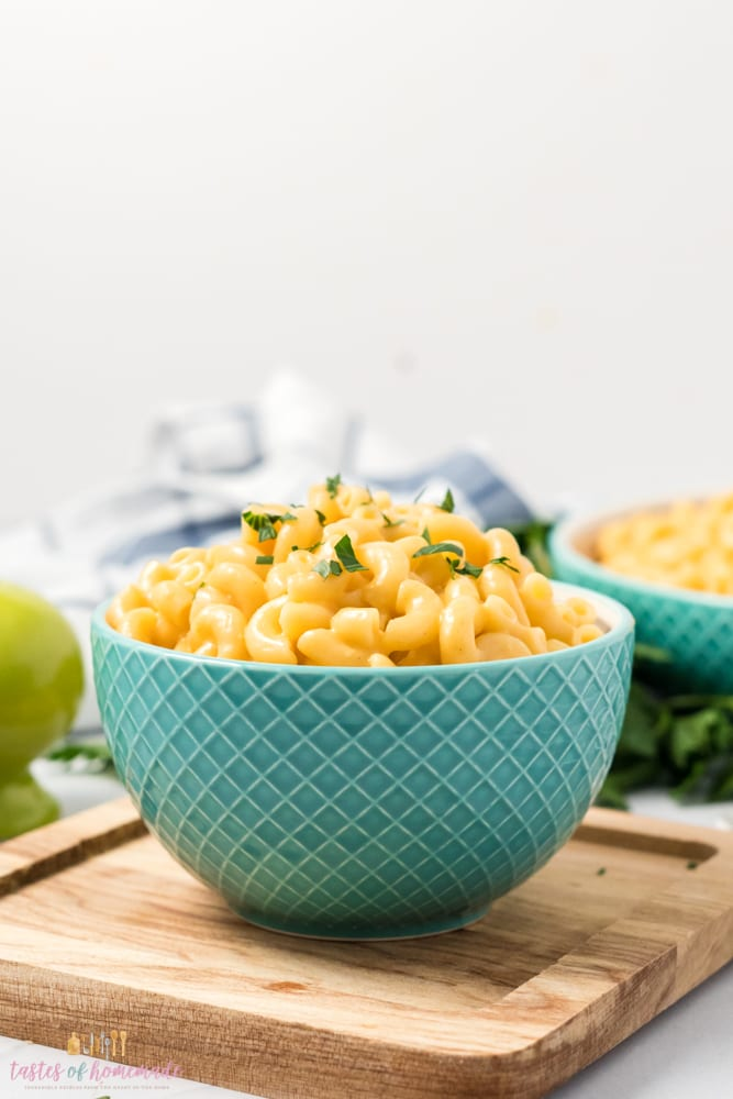 Macaroni and cheese in a blue bowl